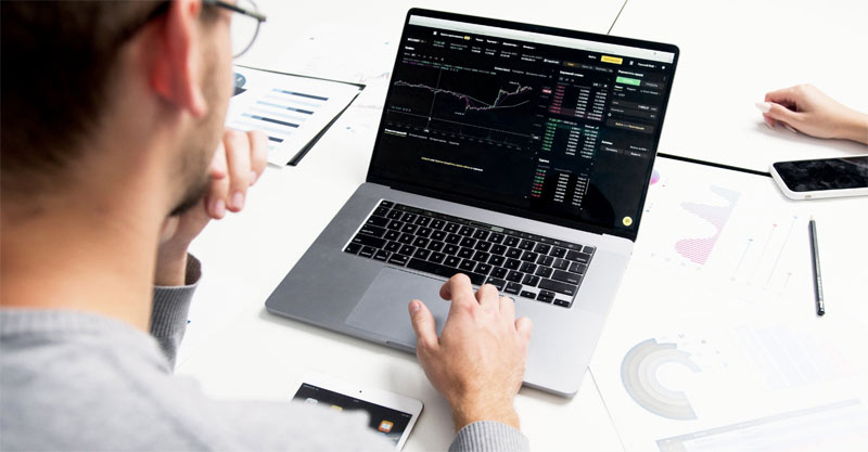 man-trading-bitcoin