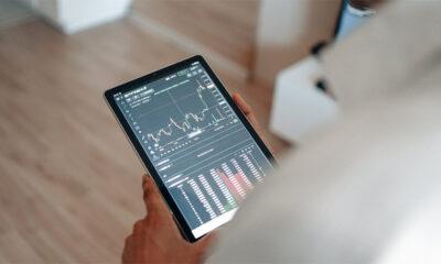 man-trading-on-tablet-analysis